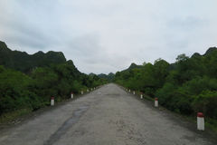 横跨猫Ba海岛的空的路 库存照片
