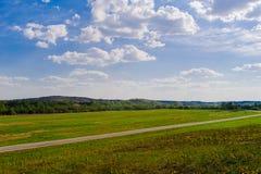 横跨白俄罗斯的乡下的路 免版税图库摄影