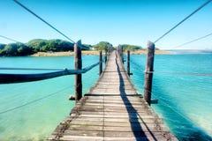 横跨盐水湖的老木桥 免版税库存图片