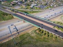 横跨科罗拉多高速公路36的天桥在威斯敏斯特 免版税库存照片