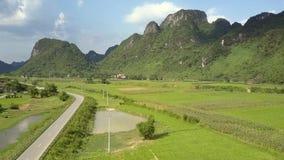 横跨空中领域在沼泽的土地和的山的高速公路 股票录像