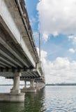 横跨第聂伯河的长的具体桥梁 免版税库存照片