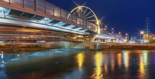 横跨索契河的一座发光的桥梁 2014 2018场杯子比赛奥林匹克俄国索契冬天世界 图库摄影