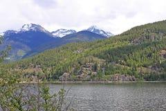横跨绿色湖,加拿大的山 库存图片