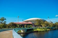 横跨脚桥梁被观看的阿德莱德长圆形 免版税图库摄影