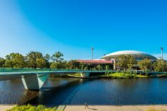 横跨脚桥梁被观看的阿德莱德长圆形 免版税库存图片