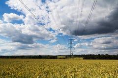 去横跨英国乡下的电定向塔 库存图片