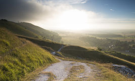 横跨英国乡下风景的看法在晚夏前夕期间 免版税库存图片