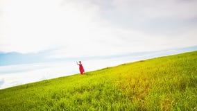 横跨草甸的少妇奔跑 股票视频