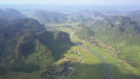 横跨草甸的河奔跑在山上部视图之间 股票录像