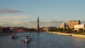 横跨莫斯科河的游船风帆在晚上 股票录像