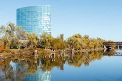 横跨萨克拉门托河的现代大厦 库存图片