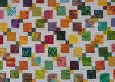 横跨被子的大胆的色的正方形 免版税库存图片