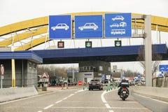 横跨路的一座桥梁 图库摄影