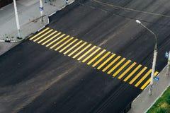 横跨路的黄色行人交叉路 免版税图库摄影