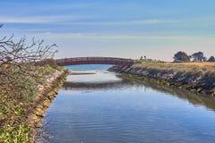 横跨运河的一个走道 免版税库存照片