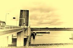 横跨运河的吊桥在荷兰 免版税库存图片