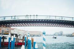 横跨运河的桥梁在早晨在米兰,意大利 免版税库存图片