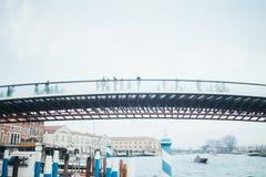 横跨运河的桥梁在早晨在米兰,意大利 库存图片