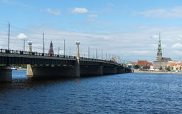 横跨道加瓦河河桥梁的和里加大教堂的全景在老镇,拉脱维亚,2018年7月25日 库存图片