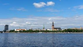 横跨道加瓦河河的全景里加大教堂的在老镇,拉脱维亚,2018年7月25日 免版税库存照片