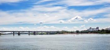 横跨鄂毕河的10月桥梁自治都市 r 免版税库存图片