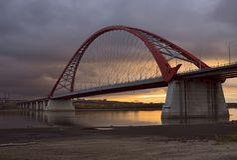 横跨鄂毕河的Bugrinsky桥梁在黎明 库存图片