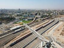 横跨铁路轨道的新的现代步行桥 免版税图库摄影