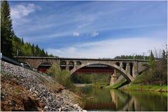 横跨锡姆河的一座石铁路桥 免版税库存图片
