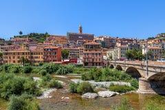 横跨长得太大的河床和看法的桥梁在小镇。 免版税库存图片