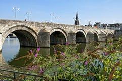 横跨默兹的最旧的荷兰桥梁在马斯特里赫特 库存图片