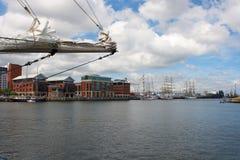 横跨贝尔法斯特港口的一个看法接近女王奎伊贝尔法斯特 库存图片