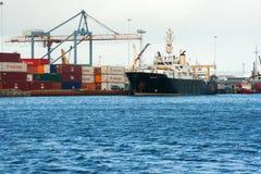 横跨贝尔法斯特港口的一个看法接近女王显示休容器的奎伊 库存照片