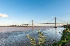 横跨巴拉那河,阿根廷的罗萨里奥维多利亚桥梁 免版税库存照片