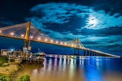 横跨巴拉那河,阿根廷的罗萨里奥维多利亚桥梁 免版税库存图片