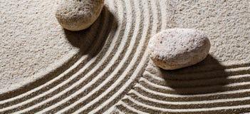 横跨给演变的不同的方向的线的石头 库存图片
