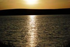 横跨水的晚上 库存图片
