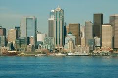 横跨水的都市风景 免版税库存图片