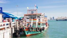 横跨从芭达亚的河轮渡酸值的Larn 从巴厘岛海氏码头 免版税库存图片