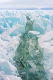 横跨Baikal湖的巨大的裂缝在强风以后被形成了 库存照片
