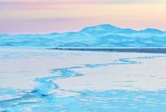 横跨Baikal湖icefield的巨大的裂缝在强风以后被形成了 免版税库存图片