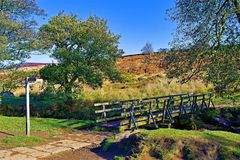横跨Burbage溪的桥梁,在帕德里峡谷附近,Grindleford,东密德兰 免版税图库摄影