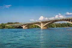 横跨Dnipro河的地铁桥梁在Kyiv 免版税库存图片