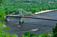 横跨Dnipro河的步行桥在基辅,乌克兰 o 免版税库存照片