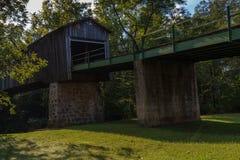 横跨Euharlee小河的一座木被遮盖的桥在乔治亚 免版税库存图片