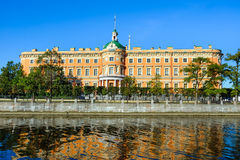 横跨Fontanka河的Mikhailovsky城堡 免版税库存照片