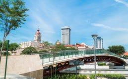 横跨Gombak生活河或河的美丽的走道桥梁在吉隆坡,马来西亚 库存图片