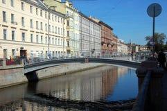 横跨Griboyedov运河的面粉桥梁在圣彼得堡 免版税库存照片