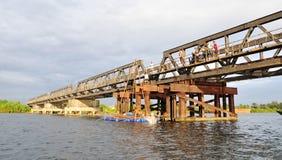 横跨Kampot河的法国殖民地brigde 免版税库存照片