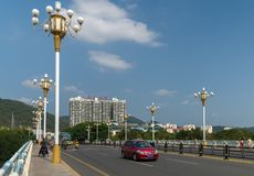 横跨Linchun河岸的桥梁在市三亚 免版税库存照片